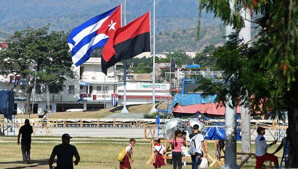 Государственный флаг Республики Куба и флаг Движения 26 июля, приспущенные в знак траура по скончавшемуся 25 ноября 2016 года лидеру кубинской революции Фиделю Кастро, в городе Сантьяго-де-Куба