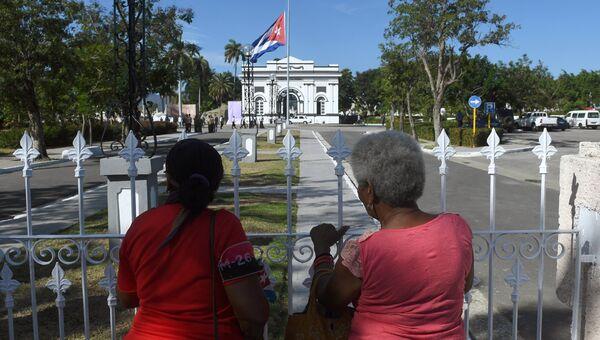 Жительницы города у входа на кладбище Санта-Ифигения в Сантьяго-де-Куба - место захоронения лидера кубинской революции Фиделя Кастро. 4 декабря 2016