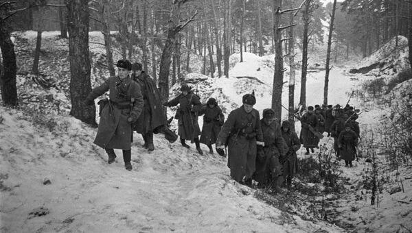 Бронебойщики выходят на огневую позицию в районе Звенигорода. Оборона Москвы. 1941 год