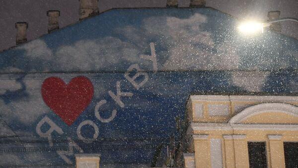 Фрагмент здания в Москве во время снегопада