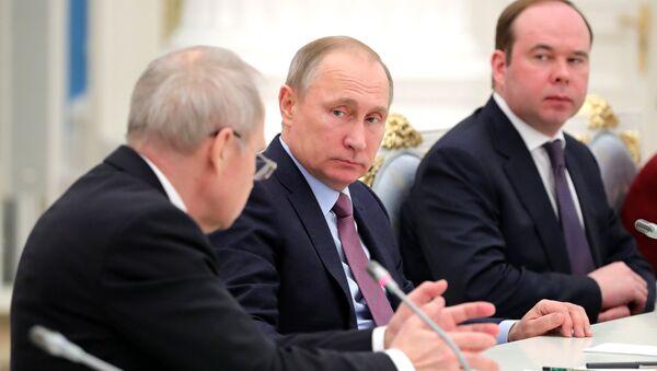 Владимир Путин во время встречи в Кремле с судьями Конституционного суда. 6 декабря 2016