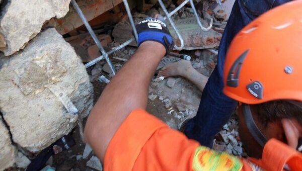 Спасатели ведут поисково-спасательную операцию в зоне землетрясения в Индонезии, 7 декабря 2016