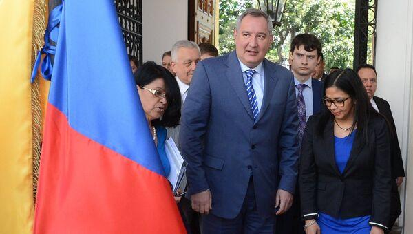 Заместитель председателя правительства РФ Дмитрий Рогозин и министр иностранных дел Венесуэлы Делси Родригес во время встречи в Каракасе. 6 декабря 2016