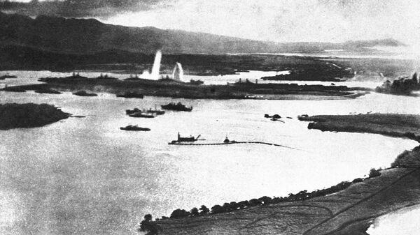 Вид Перл-Харбора во время японских бомбардировок. 7 декабря 1941 года