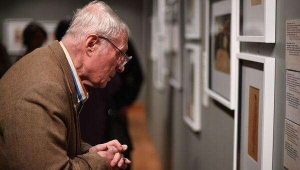 Посетитель на открытии выставки. Архивное фото