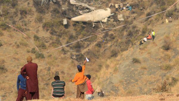 Местные жители на месте крушения самолета авиакомпании PIA недалеко от Абботтабада, Пакистан