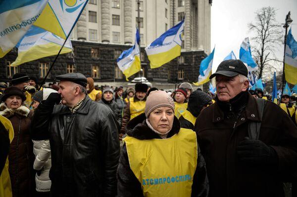 Участники акции профсоюзов за повышение социальных стандартов и снижение тарифов в Киеве