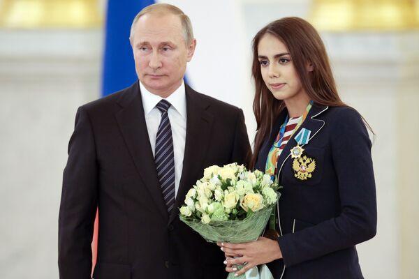 Президент России Владимир Путин и чемпионка Игр в Рио гимнастка Маргарита Мамун на церемонии награждения олимпийцев в Кремле