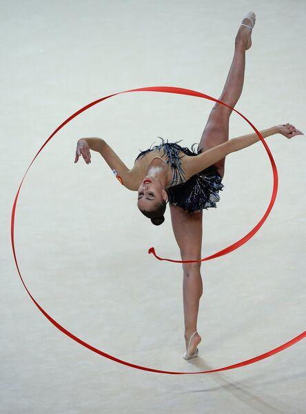 Маргарита Мамун (Россия) выполняет упражнения с лентой в индивидуальном многоборье на чемпионате Европы по художественной гимнастике в израильском Холоне