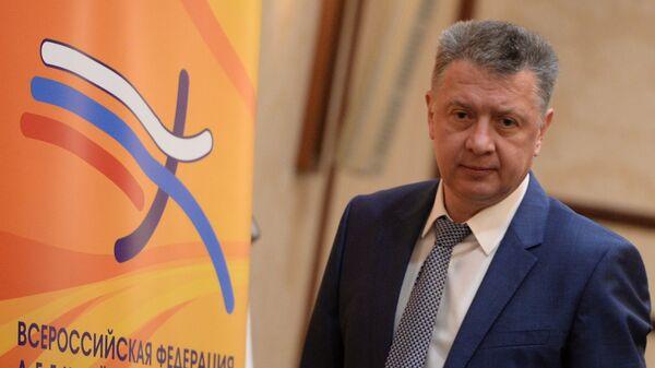 Дмитрий Шляхтин перед началом конференции Всероссийской федерации легкой атлетики в Москве