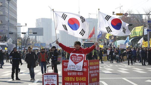 Сторонник президента Южной Кореи Пак Кын Хе на митинге возле здания Национального собрания в Сеуле