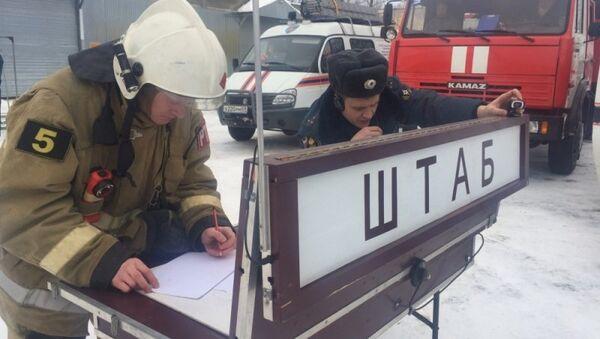 Сотрудники МЧС на месте взрыва на заводе Изотек в поселке Городня Тверской области