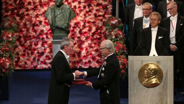 Французский ученый Жан-Пьер Саваж получает Нобелевскую премию по химии от короля Швеции Карла XVI Густава в Стокгольме