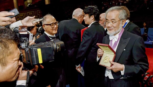 Нобелевский лауреат по физиологии или медицине японец Ёсинори Осуми после церемонии награждения в Стокгольме