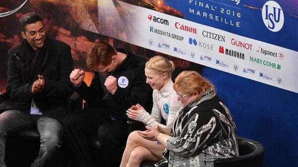 Евгения Тарасова и Владимир Морозов радуются высоким баллам за прокат в произвольной программе парного катания в финале Гран-при в Марселе