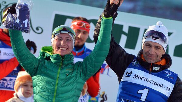 Дарья Домрачева и Уле-Эйнар Бьерндален на церемонии награждения после окончания смешанной эстафеты во время Гонки чемпионов 2015 в Тюмени
