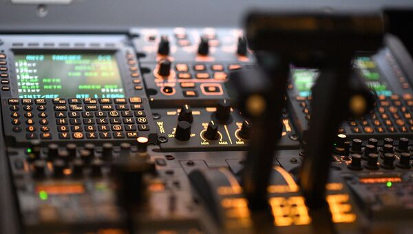 Приборы в кабине пилота полнопилотажного тренажера самолета SSJ-100. Архивное фото