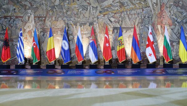 Флаги стран-участниц Организации черноморского экономического сотрудничества (ОЧЭС, BSEC). Архивное фото