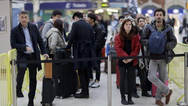 Пассажиры в ожидании поезда во время забастовки железнодорожников на вокзале в Лондоне. 13 декабря 2016