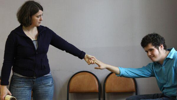 Ученик центра социальной реабилитации Турмалин со своим педагогом-куратором перед началом занятия по художественному творчеству