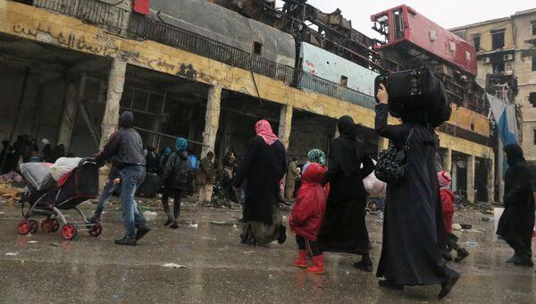 Беженцы в освобожденном квартале восточного Алеппо