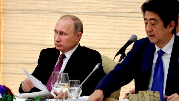 Президент РФ Владимир Путин и премьер-министр Японии Синдзо Абэ во время российско-японских переговоров в Токио. 16 декабря 2016