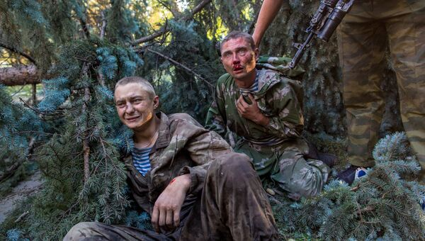 Раненые украинские десантники, взятые в плен в ходе боя за город Шахтерск
