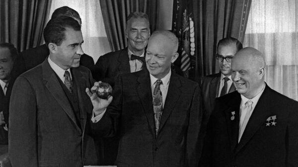 Никита Хрущев вручает президенту США президенту Дуайту Эйзенхауэру копию вымпела, доставленного советской ракетой на Луну