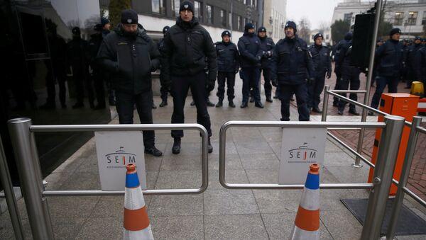 Полицейские около здания сейма, где проходит акция протеста оппозиции. Польша, Варшава. Архивное фото