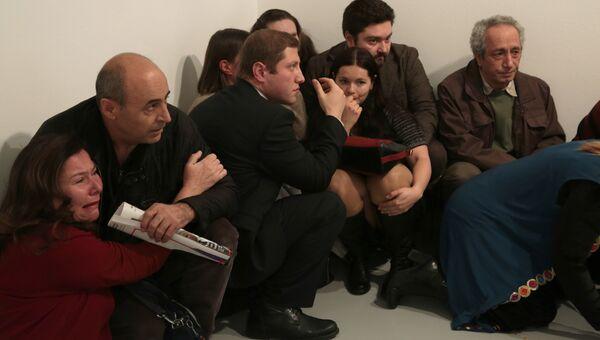 Люди во время нападения на посла РФ в Турции Андрея Карлова в галерее Анкары
