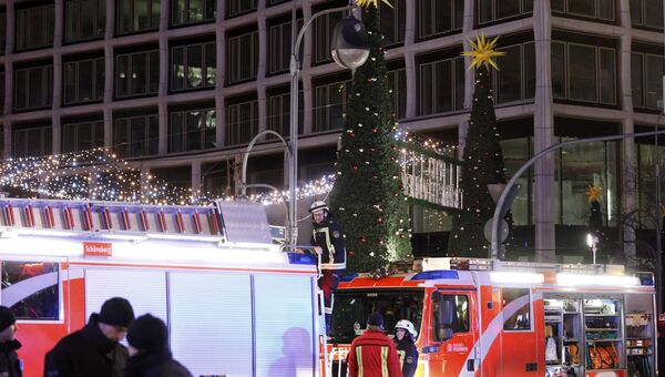 Пожарные на месте трагедии, где грузовик протаранил рождественскую ярмарку в Берлине, Германия