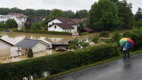 Жители города Зимбах-ам-Инн во время наводнения в Германии. 2 июня 2016