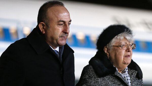Министр иностранных дел Турции Мевлют Чавушоглу и мать убитого посла России в Турции Андрея Карлова Мария