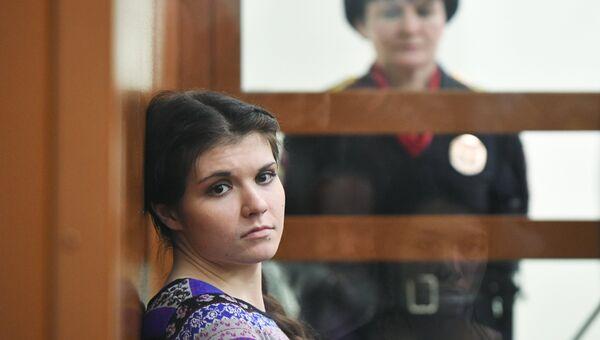 Бывшая студентка МГУ Александра Иванова (Варвара Караулова), обвиняемая в попытке участия в деятельности ИГ, в Московском окружном военном суде