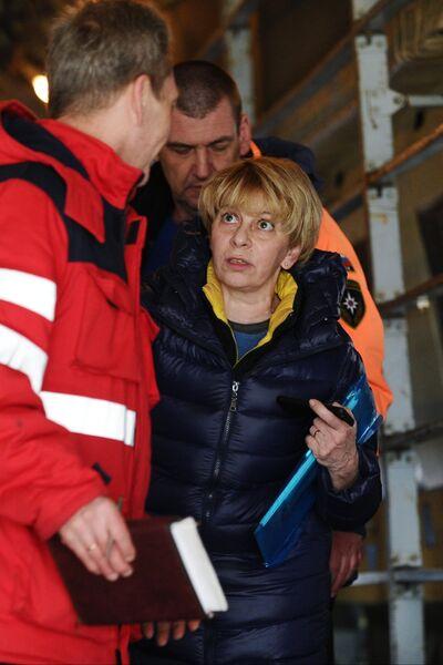 Глава фонда Справедливая помощь Елизавета Глинка во время посадки людей, раненых в Донбассе, на борт самолета МЧС РФ