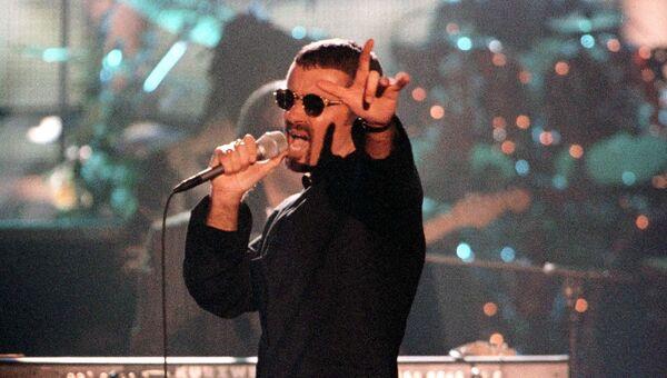 Британский певец Джордж Майкл во время концерта. 1997 год