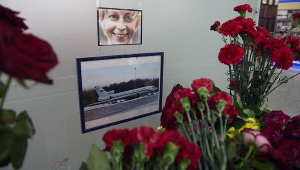 Цветы в аэропорту Сочи в память о жертвах крушения самолета Минобороны РФ Ту-154