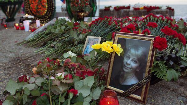 Цветы и свечи на площади Южного мола морского порта в память о жертвах крушения ТУ-154 в Сочи. Архивное фото
