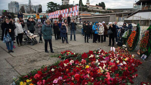 Люди несут цветы и свечи к площади Южного мола морского порта в память о жертвах крушения ТУ-154 в Сочи