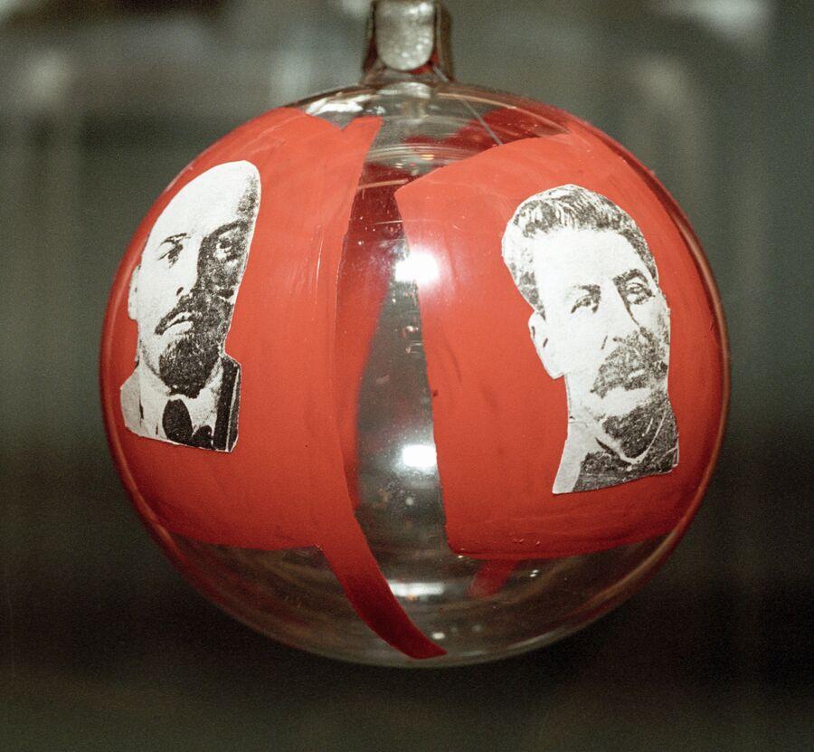 Новогодний шар 1937 года с изображением Владимира Ленина и Иосифа Сталина