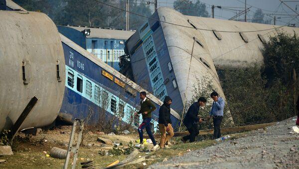 На месте крушения поезда в индийском штате Уттар-Прадеш