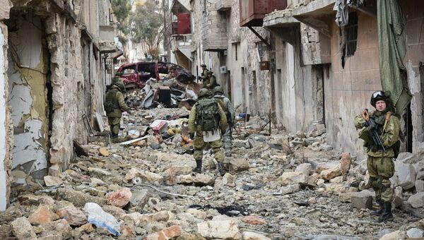 Военные инженеры ВС РФ во время работ по разминированию восточных районов Алеппо. Архивное фото