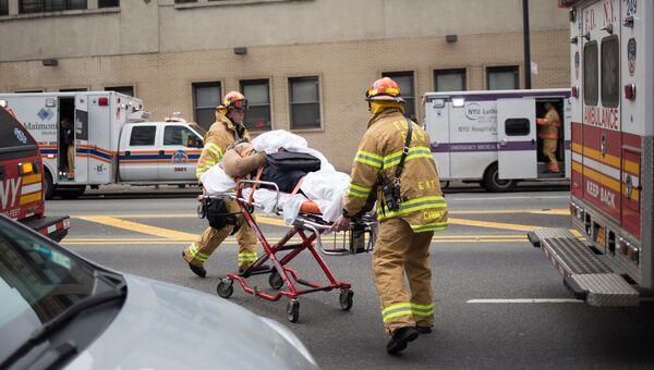 Пожарный работают на месте схода пригородного поезда в Бруклине. Нью-Йорк