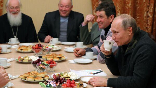 Президент РФ Владимир Путин во время беседы с рыбаками после Рождественского богослужения в Свято-Юрьевом монастыре в Новгородской области.