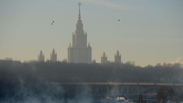 Вид на главное здание МГУ. Архивное фото