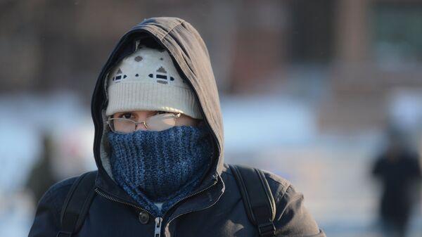 Молодой человек в морозный день