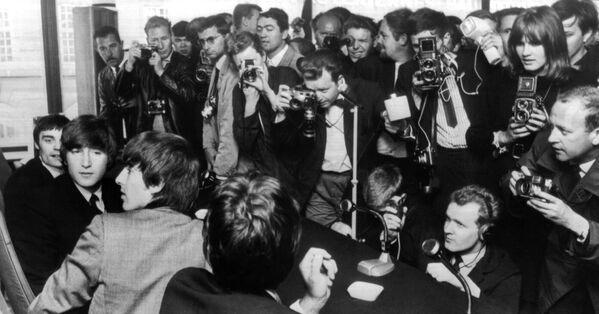 Участники группы The Beatles на пресс-конференции