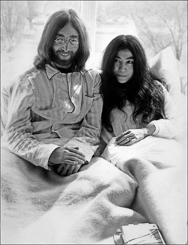 Участник группы The Beatles Джон Леннон и его жена Йоко Оно