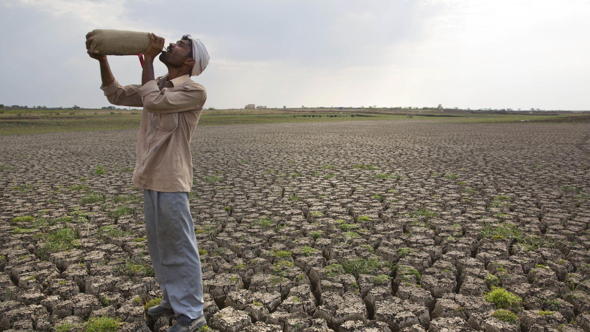 Мужчина на высушенной плотине Manjara Dam в Индии. 2016 год - РИА Новости, 1920, 18.06.2021