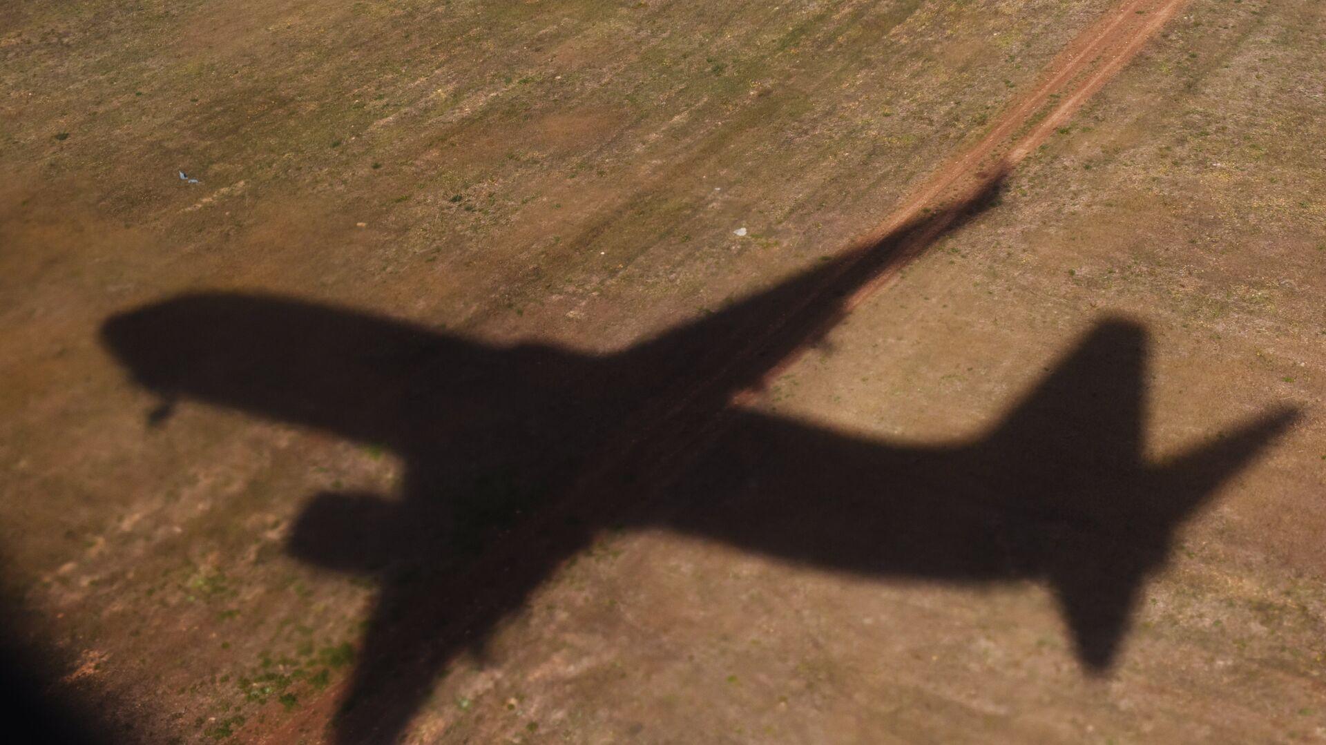Тень летящего самолета - РИА Новости, 1920, 27.11.2020